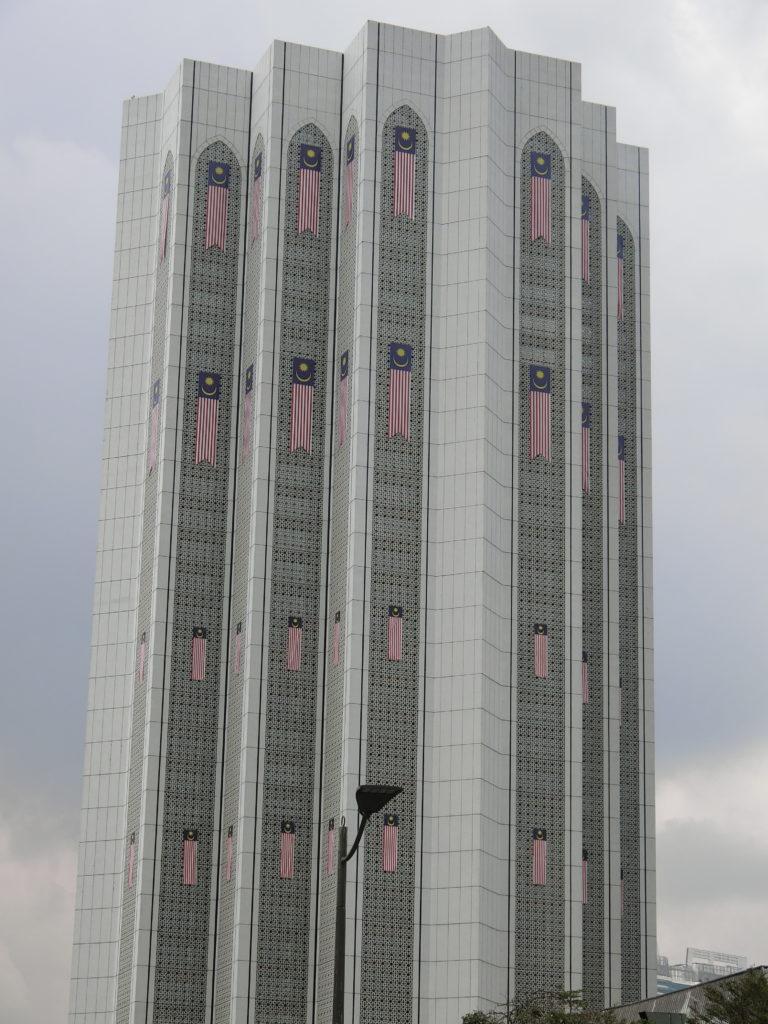マレーシア国旗を大量に貼っているビル