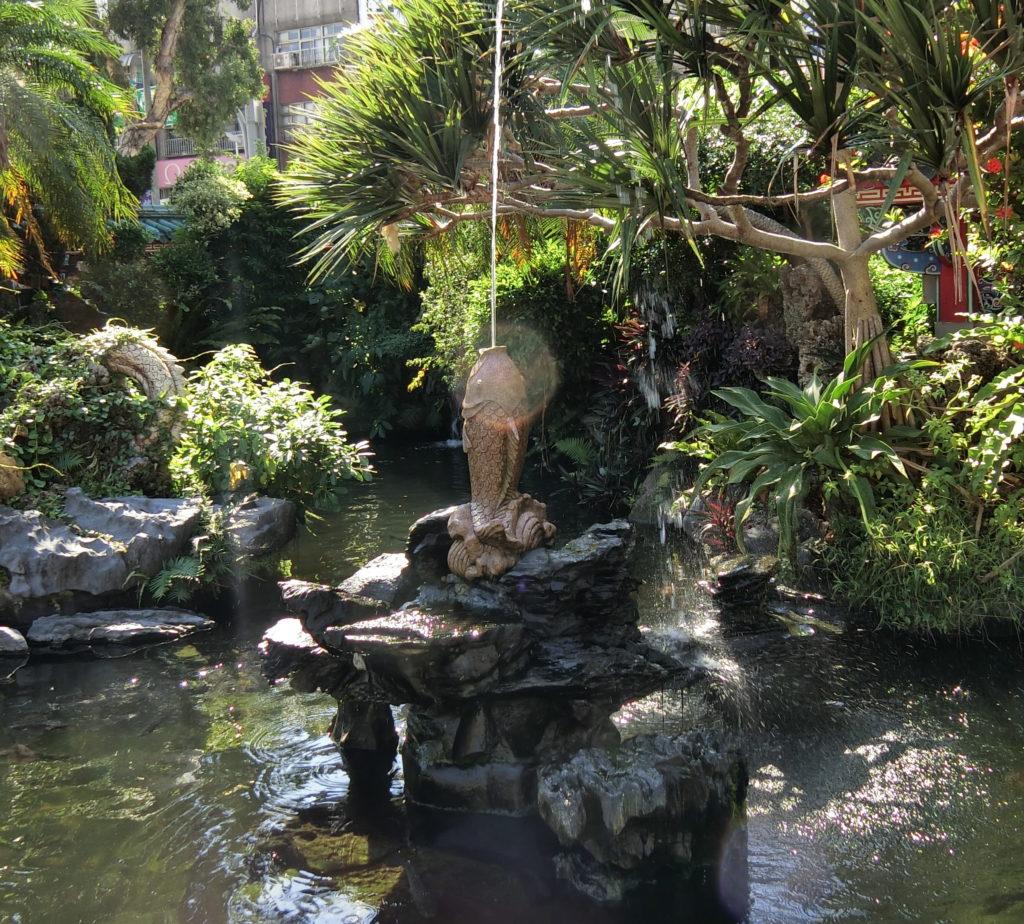 龍山寺の池