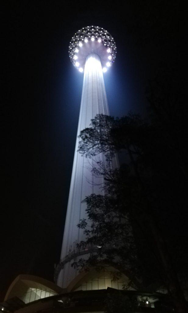 夜のKLタワーを真下から