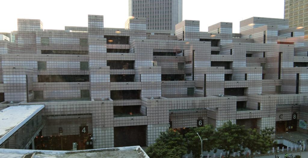 台北101の向かいの建物