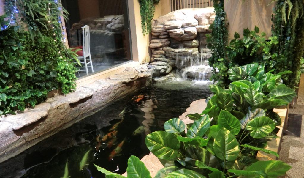 ホテル内の池