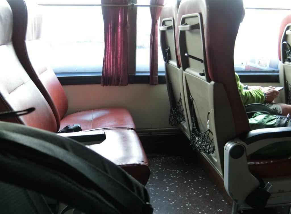 トランスポート社のバスの座席