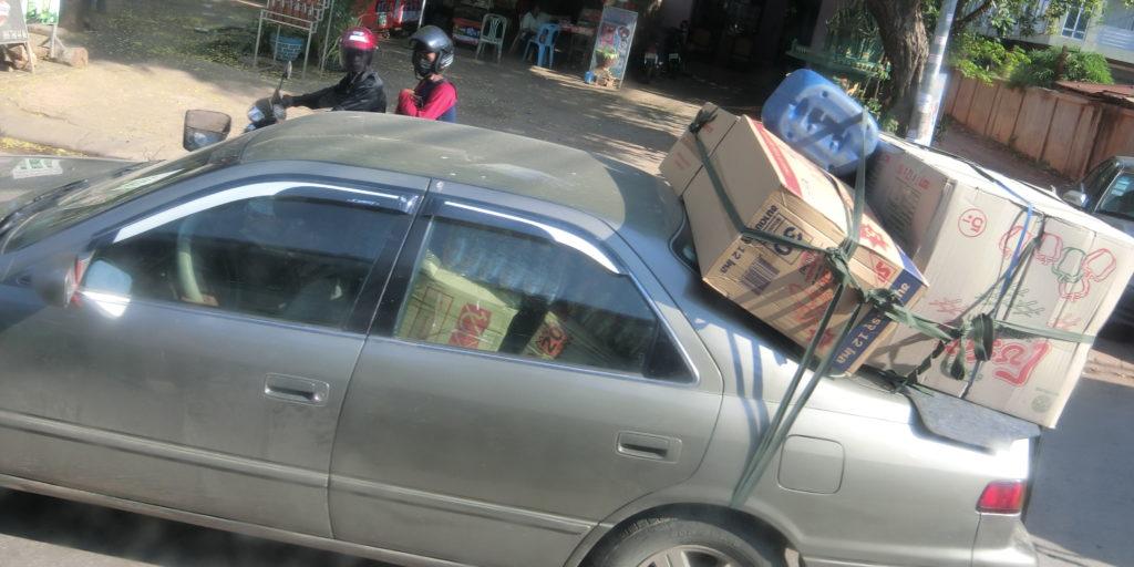 カンボジアの過積載車