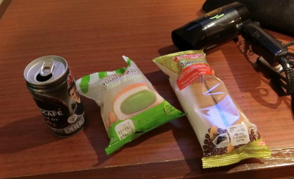 セブンイレブンで買ったコーヒーとパン