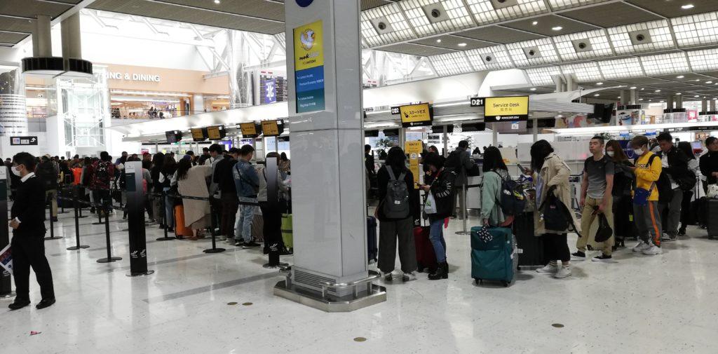 成田空港のチェックインカウンターの様子