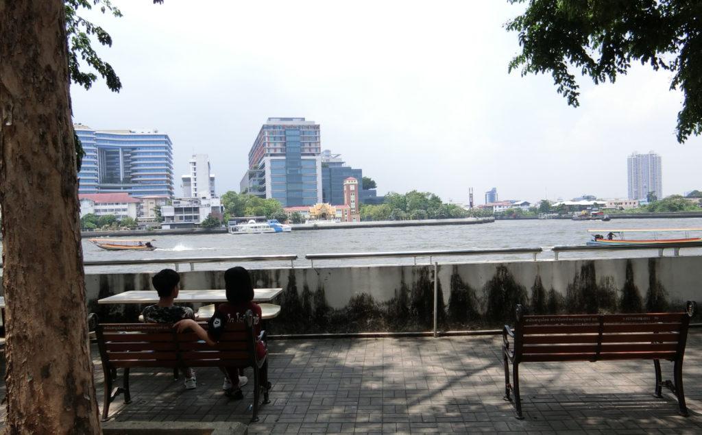 タマサート大学、川沿いのベンチ