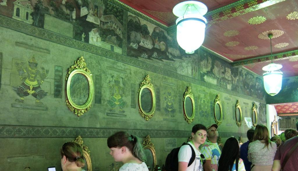 ワットポーの鏡の様な壁画