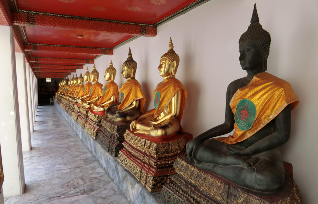 ワットポーの袈裟を着た仏像
