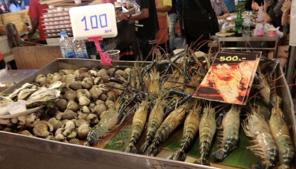 タラート・ロットファイ・ラチャダーの海鮮系のお店