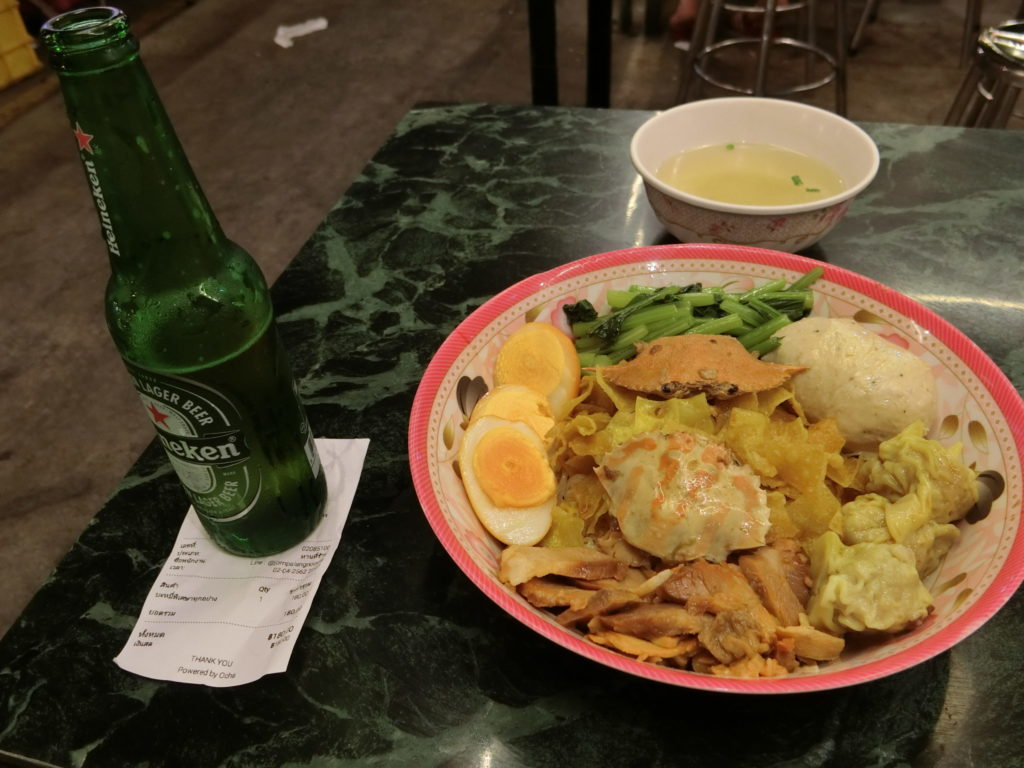 タラート・ロットファイ・ラチャダーの鍋系飯屋の謎の麺類