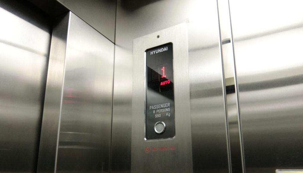 Saphan Khwaiのホテル「Ken」のHYUNDAI製エレベーター