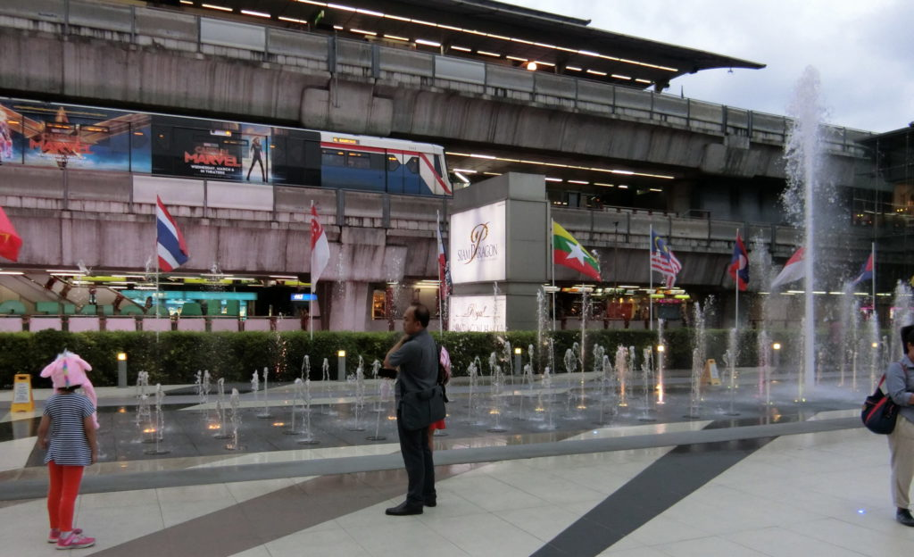 サイアムセンターとサイアムパラゴン間の国旗と噴水