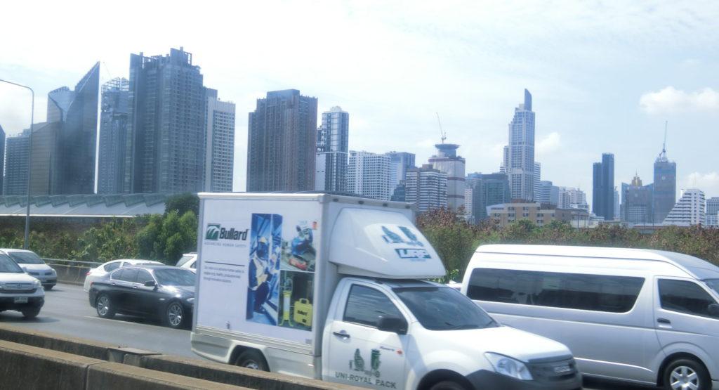 バンコクの高速道路とビル群