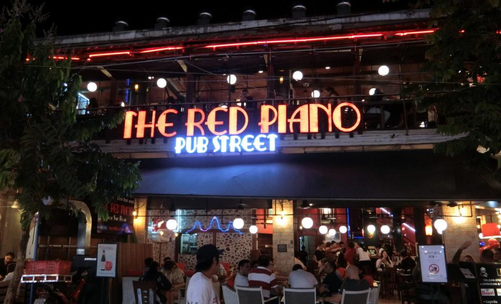 パブストリートのレッドピアノ
