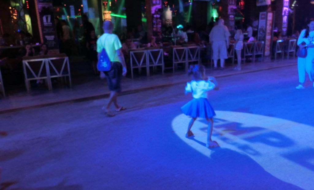 パブストリートで踊る子供