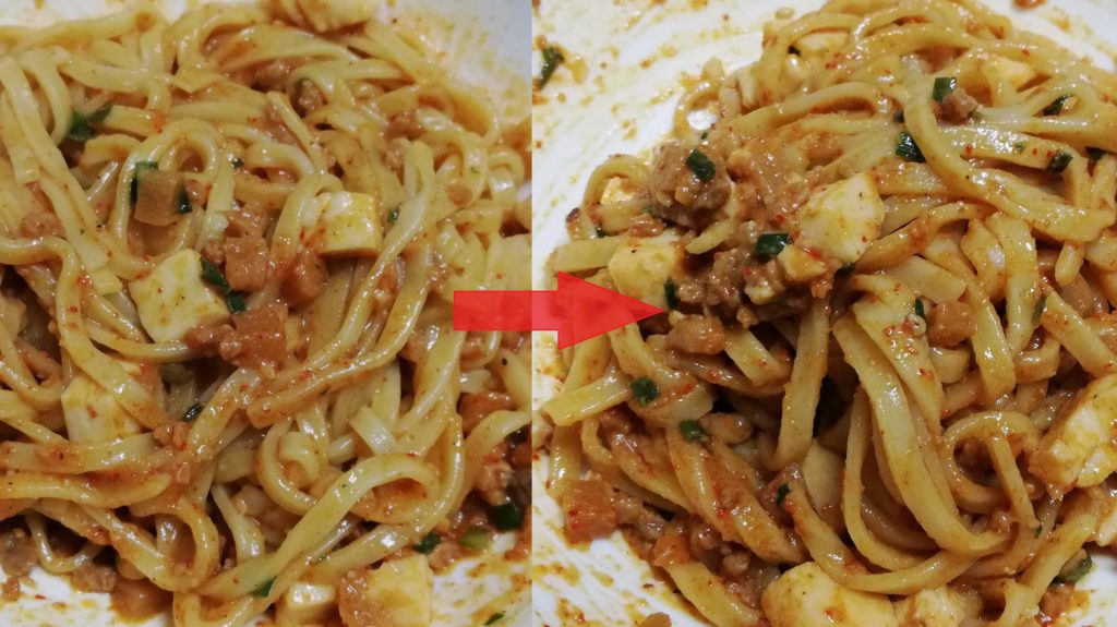 セブンイレブンの冷凍食品「蒙古タンメン中本 辛旨汁なし麻辛麺」の花椒入り辣油投入前後