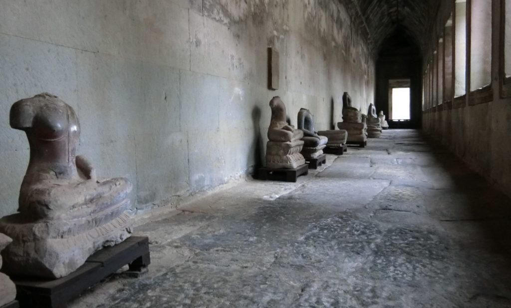 アンコールワットの第二回廊にある首や腕が無い仏像