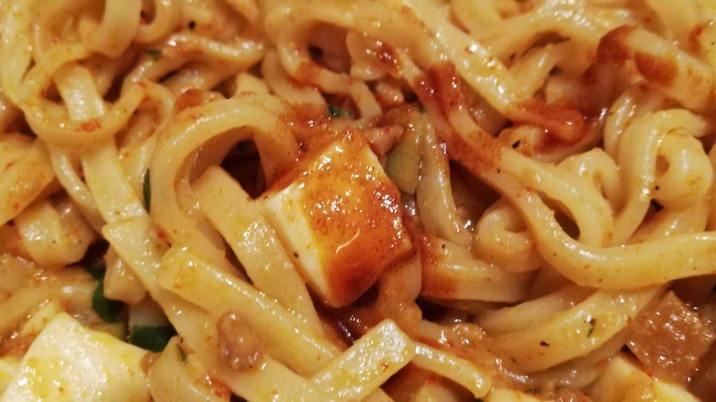セブンイレブンの冷凍食品「蒙古タンメン中本 辛旨汁なし麻辛麺」の花椒入り辣油